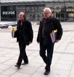 Ingwar Åhman-Eklund (SPA) och Stig Eriksson (SPA) går med bestämda steg mot kommunalhuset med 5200 namnunderskrifter. Foto: Sören Berggren.